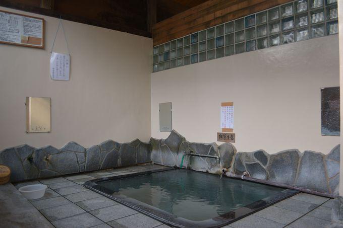 村が作った日帰り施設も 「麻釜の湯」にはツバメの親子