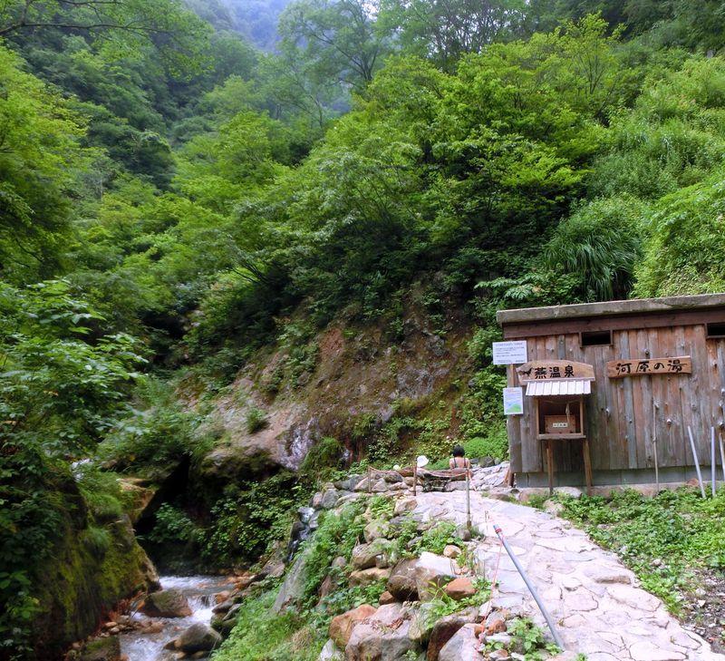 妙高山の懐に抱かれた混浴の露天風呂 燕温泉「河原の湯」