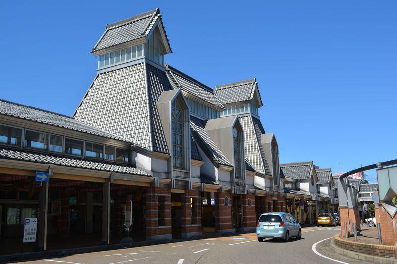 高田は開府400年 雁木の町家に明治建築で現役の映画館も