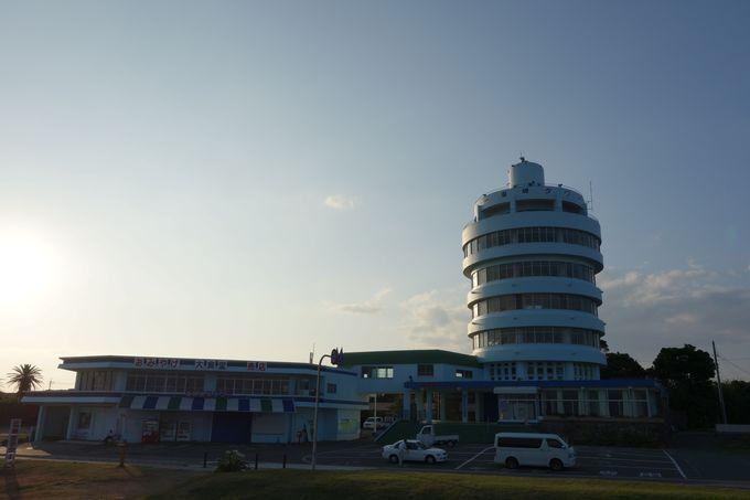 潮岬観光タワーと望楼の芝生