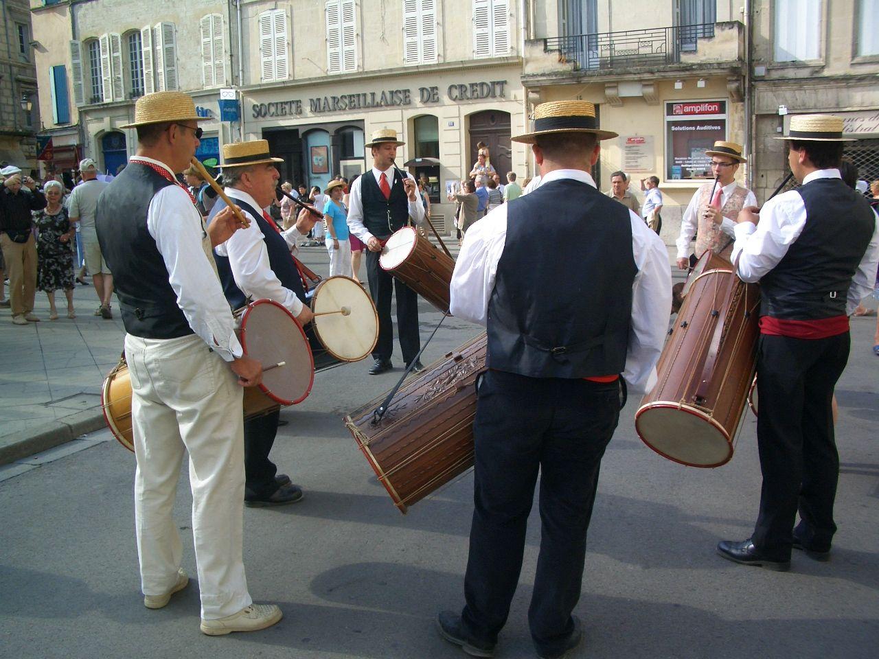 プロヴァンス太鼓がパレードに華を添える