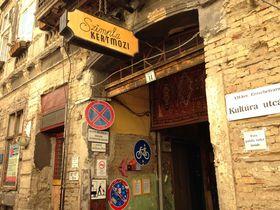 ブダペスト随一のおしゃれスポット「ユダヤ人街」の廃墟バー