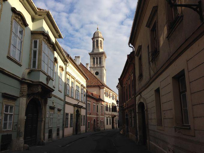 ゴシックからバロックまで、さまざまな建物が立ち並ぶ旧市街
