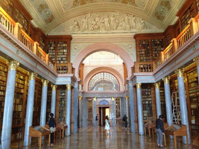 圧巻の図書館は今も現役