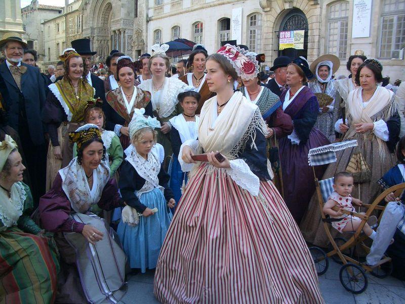 アルルの女も男も子供も伝統衣装で大集合!「衣装祭」はプロヴァンス随一の祭り