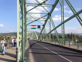 国境を歩いて渡る ドナウに架かる「マーリア・ヴァレーリア橋」(ハンガリー/スロヴァキア)