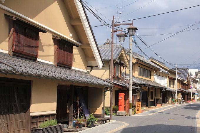 蔵造りの建物と町家の続く町並み