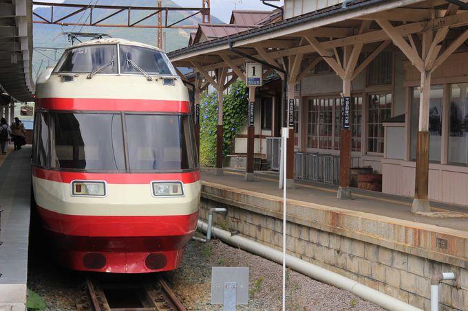 終着駅は温泉地「湯田中駅」。駅には付属の日帰り温泉施設もあります。