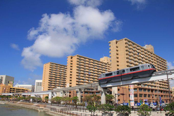モノレールは沖縄の都会、那覇市中心部を進みます。
