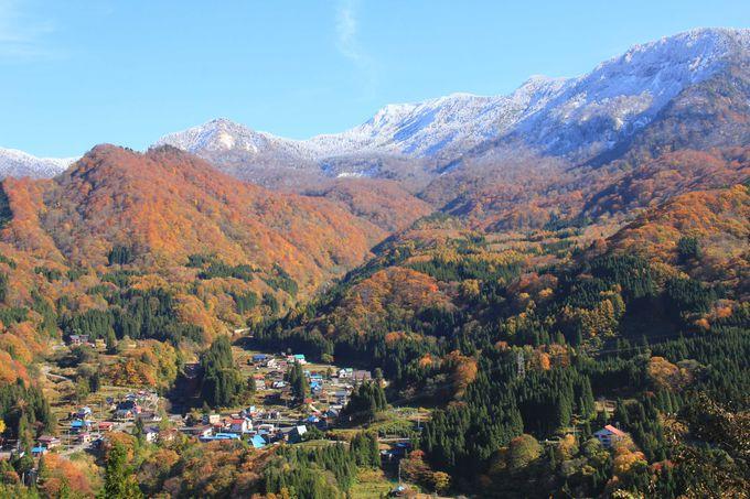 雪山と紅葉と秘境の郷の風景を眺望
