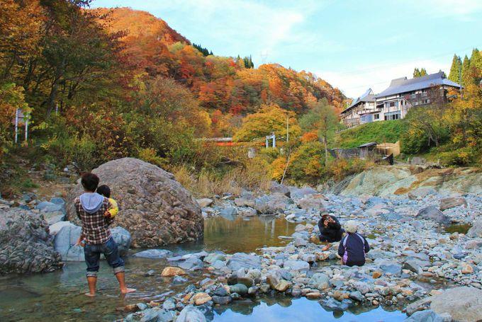 大自然に包まれ、河原で手作り露天風呂を堪能