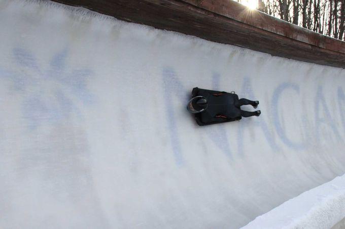 氷の壁を高速で駆け抜ける