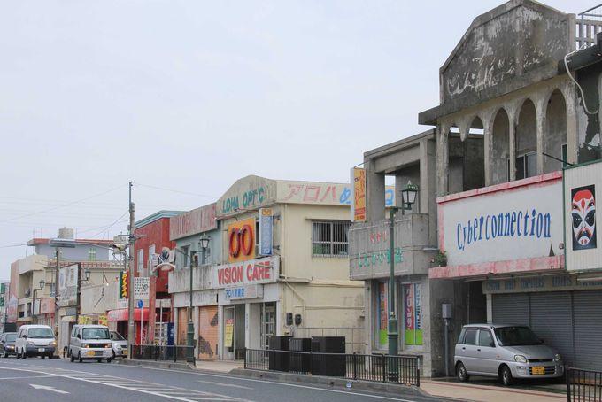横文字の看板と独特なコンクリート造りの店舗が並びます。