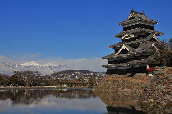 国宝・松本城と北アルプスの山並みが美しい