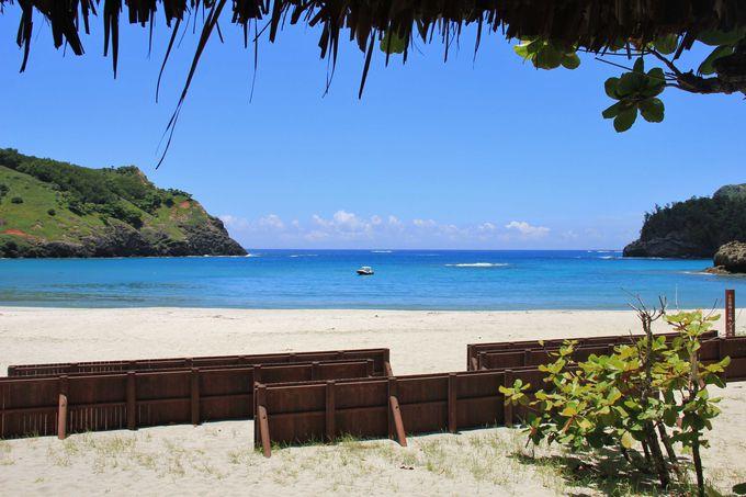 白砂のビーチと真っ青な海が美しい小港海岸