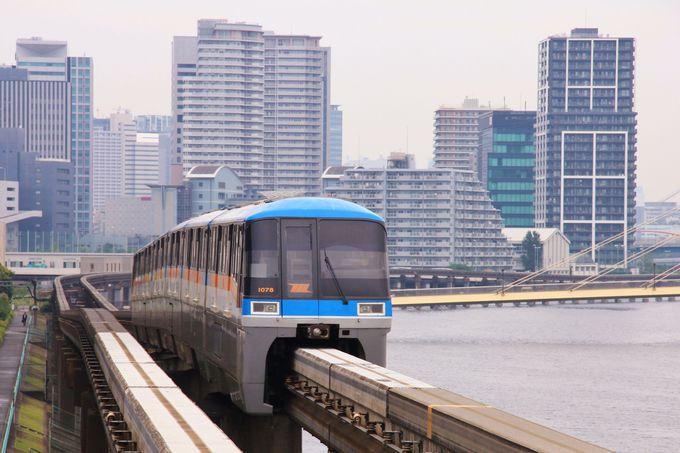 高層ビルと水辺の風景。様々な風景が凝縮された東京モノレールの車窓