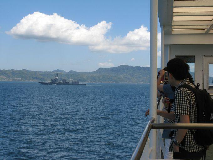 船上からの大型船ウォッチングもこの航路の魅力