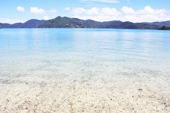 一番の魅力は、何といっても珊瑚礁広がる透き通る青い海