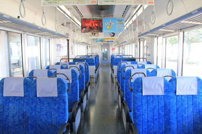 のんびり鈍行列車で出発!時刻表や路線図を見ながら、乗車時間7時間の旅へ。
