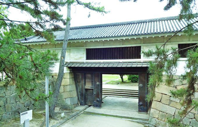 まずは国の重要文化財の筋鉄御門(すじがねごもん)から入城