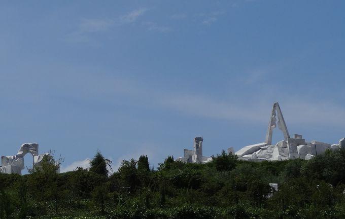 山の頂きに白いオブジェが見えてきました・・♪