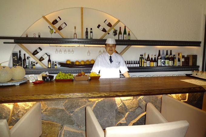 夜は、カウンター席でお酒を飲みながら料理も楽しめる!