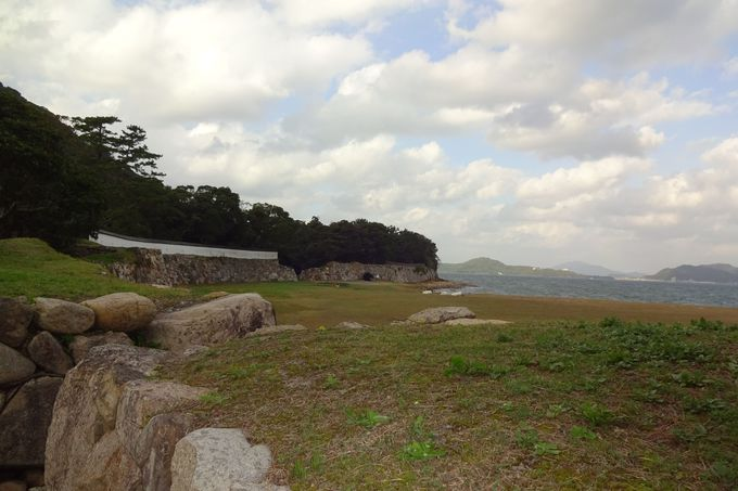 そこはもう海・・復元された銃眼土塀の白壁が美しい