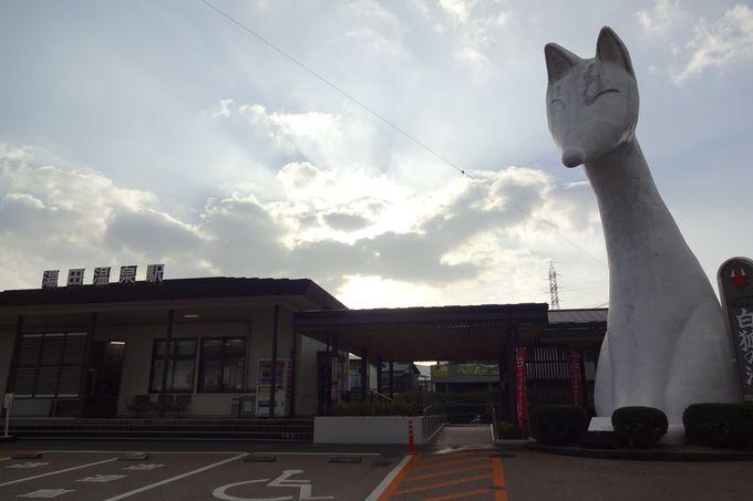 湯田温泉駅では、白狐のモニュメント「湯の町ゆう太」がお出迎え