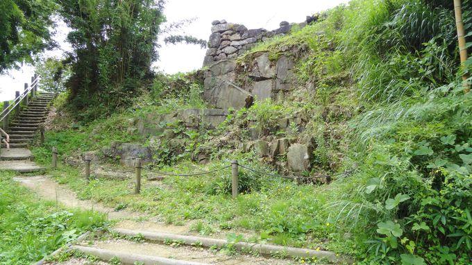 花崗岩の石切り場も残る館跡