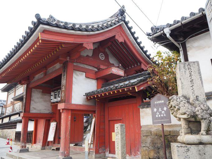重要文化財の山門や一石彫りの石碑がお出迎え
