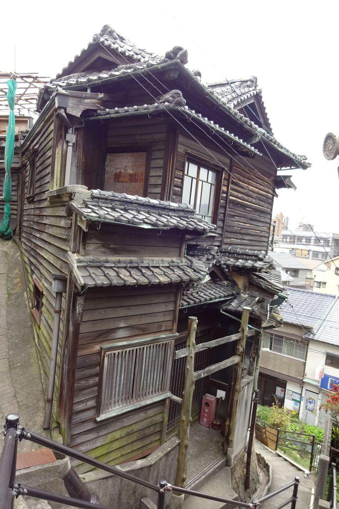 見上げると一層異彩を放つ木造建築「尾道ガウディハウス」