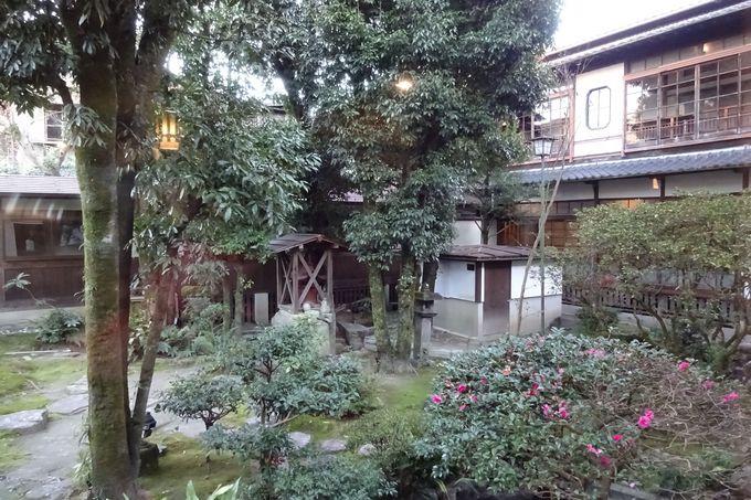 温泉の神様を祀る中庭〜回廊式の廊下から見る四季