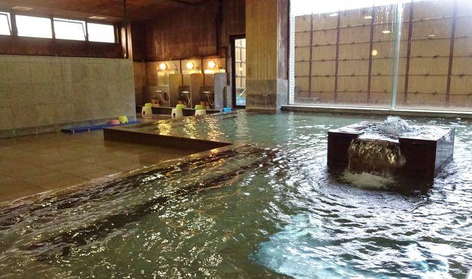 「白鷺湯」は明るく開放的!こんこんと湧く温泉は長湯したい湯