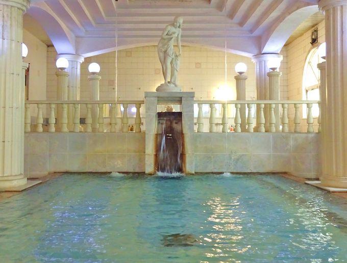 「パルテノン」と名付けられた洋風呂もまた一味違う趣き