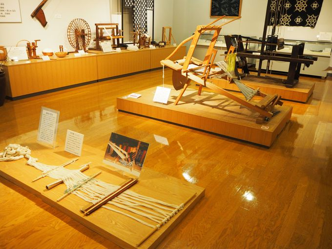 2階の展示室では、備後絣の工程や歴史などを学べる!