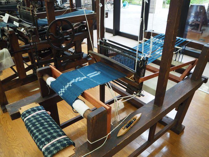 「福山市しんいち歴史民俗博物館」館内に並ぶ機織り機