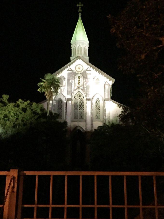 漆黒に浮かび上がる白亜の教会「大浦天主堂」は神秘的に輝く