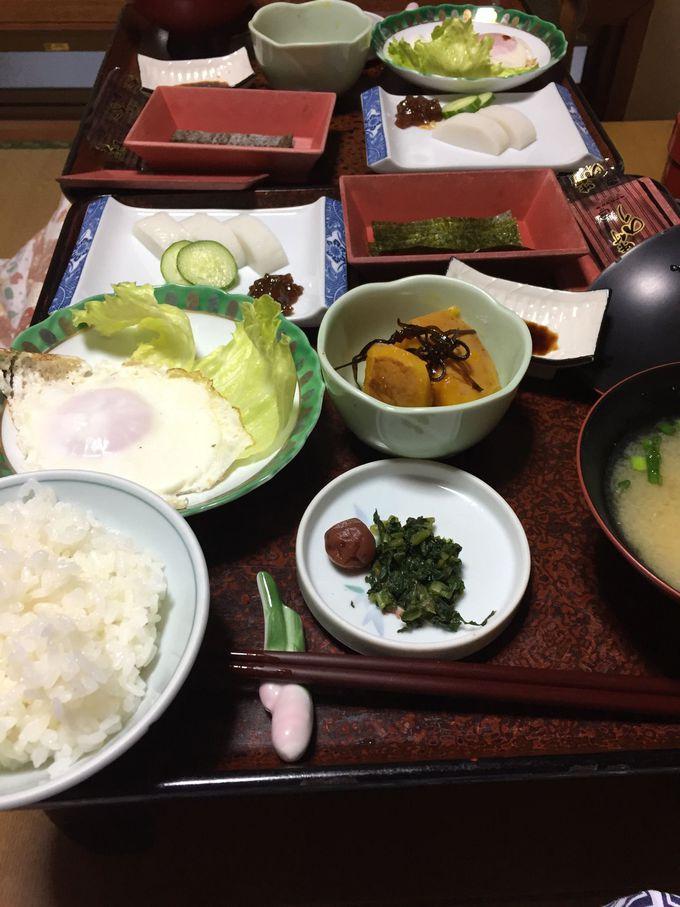 地域の食材やメニューがいただける夕食に家庭的な朝食