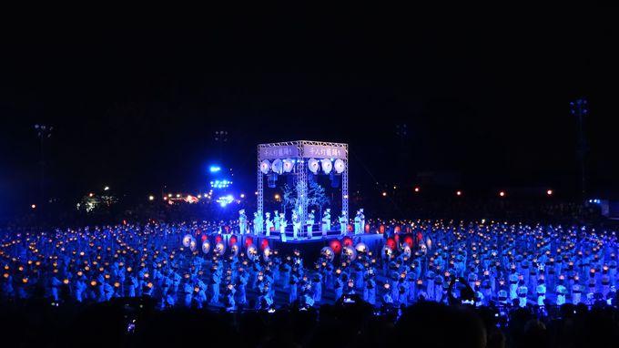 圧巻のクライマックス!「千人灯籠踊り」の美しさ