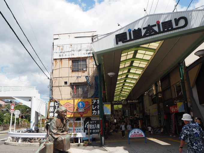 尾道本通り商店街へは、「林芙美子」像がお出迎え