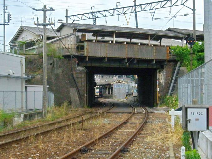 急いで!日本最古の立体交差「折尾駅」は、今やその姿を変えようとしています!