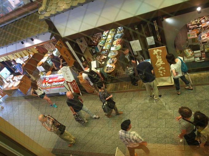 二階から錦市場を眺めると、そこにはまた違った風景があります。