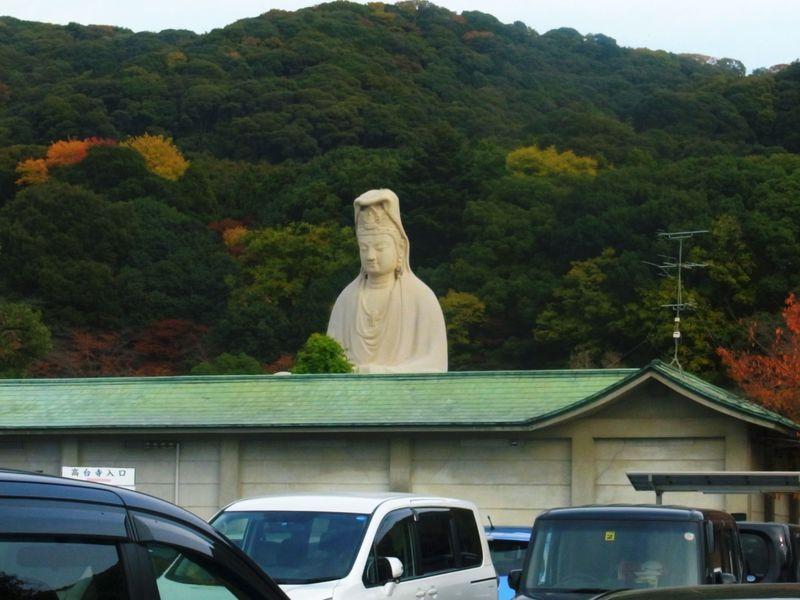 まるでインド!?京都・東山に突如姿を現す白亜の観音様。その何とも優しい姿は必見!