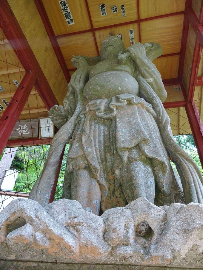 日本一の石造り仁王像がお出迎え! 「鷲窟山(しゅうくつさん)観音院」