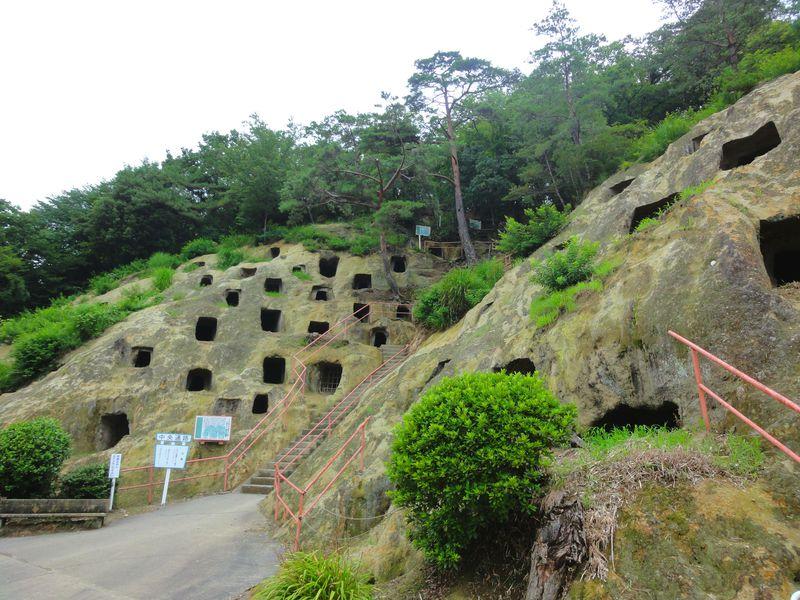 埼玉に不思議な穴!「吉見百穴」とヒカリゴケ、軍需工場跡…