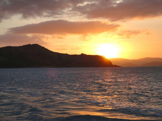 「サンセットセイル」でハミルトン島の海に沈む太陽を眺める