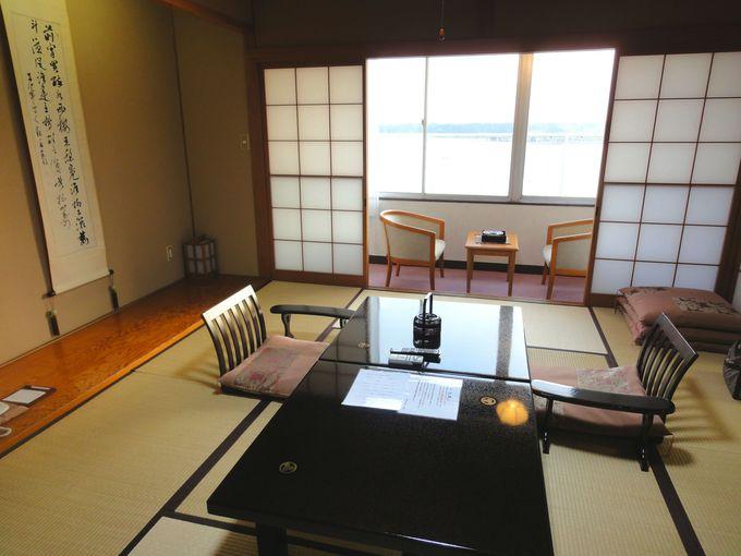 加茂湖が目の前に広がる、和風の客室
