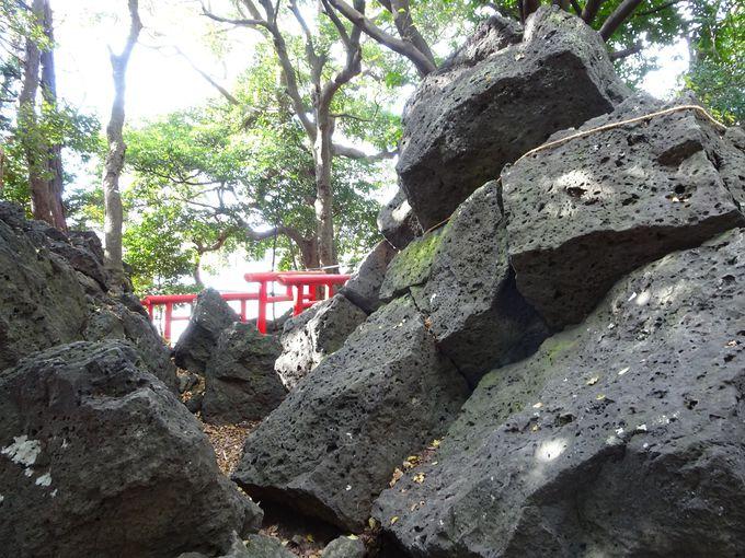 岩から狐が住んでいた? 飛び出した?「割狐岩」