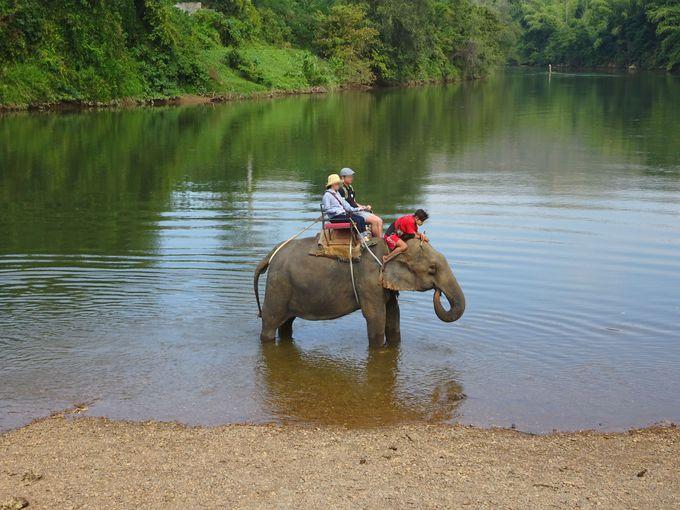 スリル満点! 急な斜面・段差を歩く、クウェー川の中にも入る