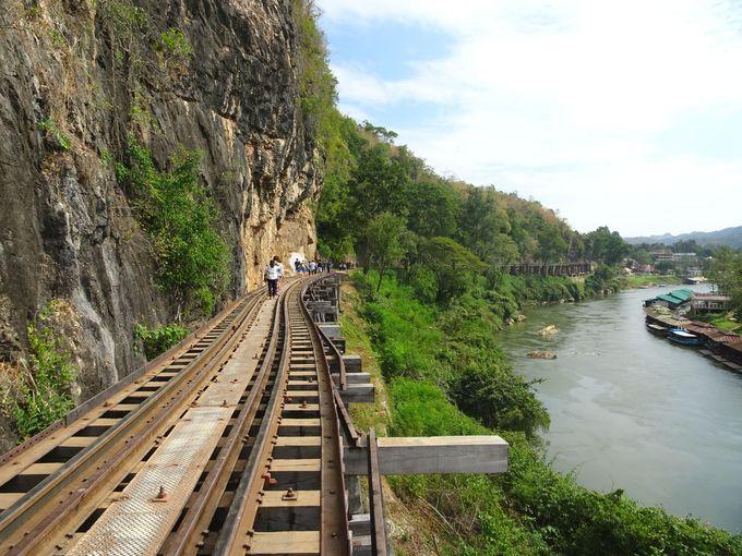 ポイント1:崖とクウェー川の間にある「アルヒル桟道橋」